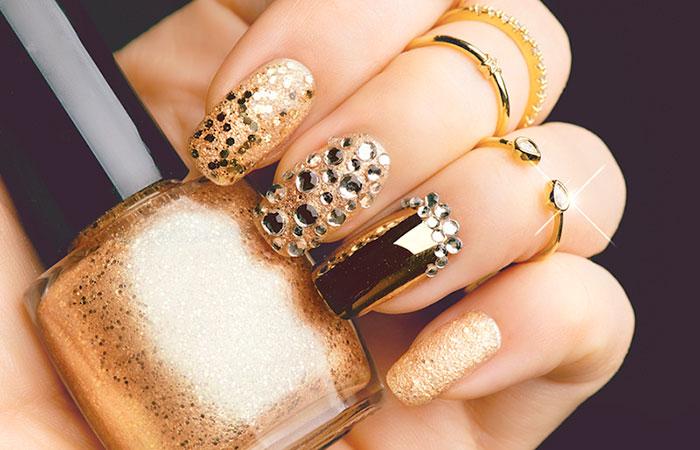 Mẫu nail màu gold đính đá lấp lánh