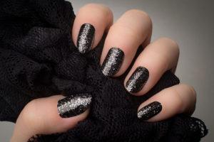 Mẫu móng đen có chấm bạc lấp lánh