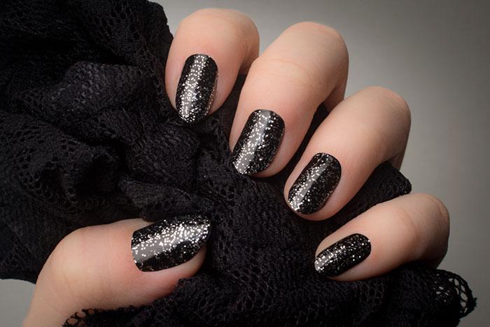 Mẫu nail đẹp đen có chấm bạc lấp lánh
