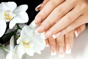Nude nail phần đầu món được sơn màu trắng