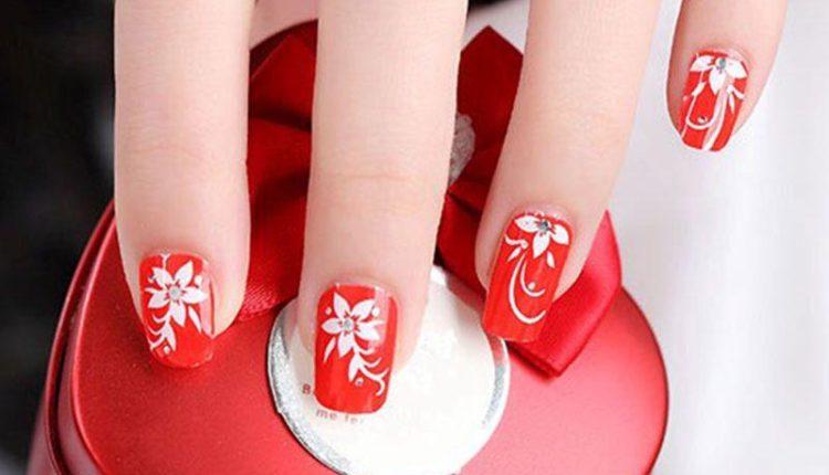 Móng tay sơn màu đỏ với họa tiết đẹp mắt