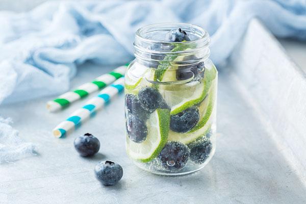 Nước detox chanh và quả việt quất