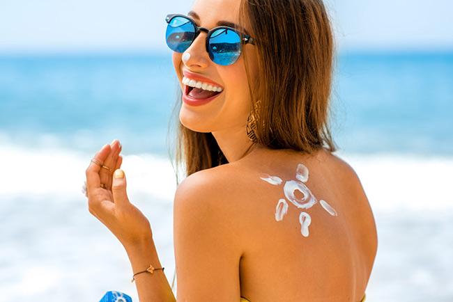 Bôi kem chống nắng bảo vệ làn da sau khi thay da sinh học