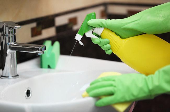 Đeo găng tay khi tiếp xúc với hóa chất tẩy rửa
