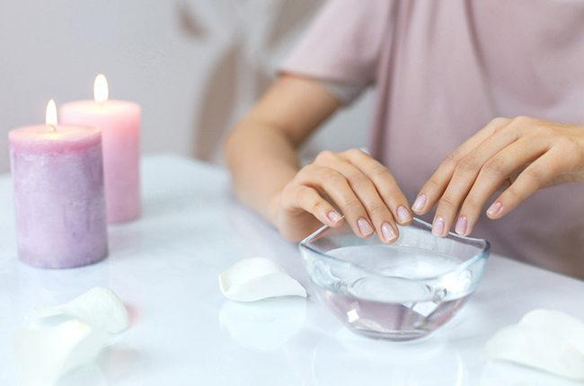 Dưỡng ẩm móng tay bằng cách nhúng vào dầu dừa