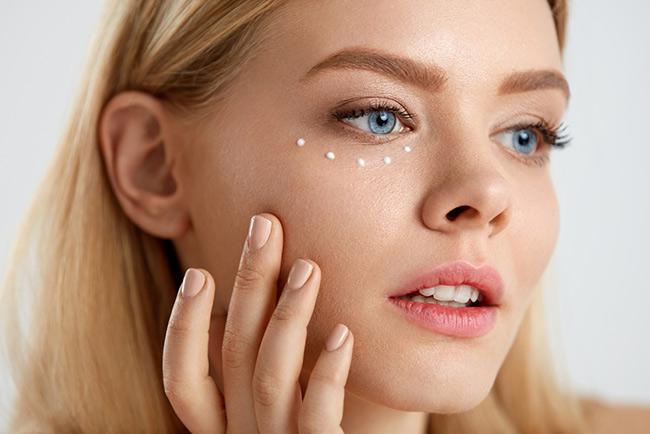 Bôi kem dưỡng vùng quanh mắt để ngăn chặn vết nhăn và thâm quầng