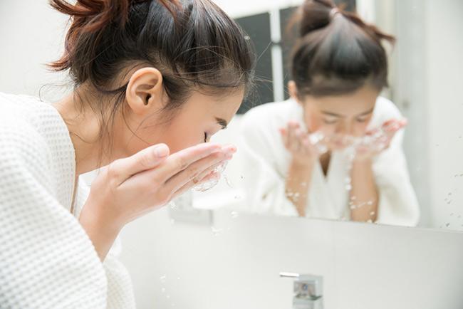 Rửa sạch mặt với nước để loại bỏ bụi bẩn