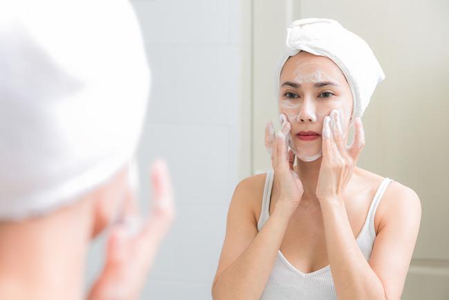 Tẩy trang da mặt với kem tẩy trang
