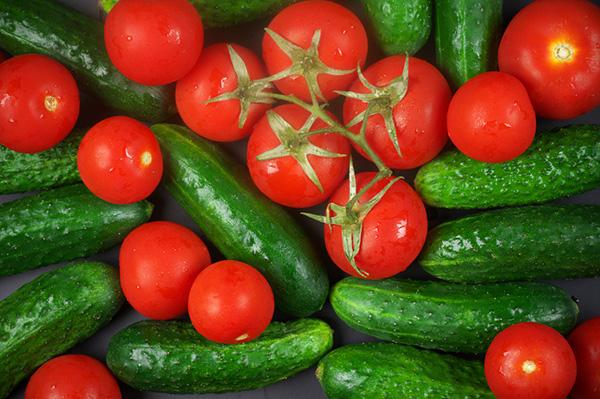 Cà chua và dưa chuột là 2 nguyên liệu làm mặt nạ hiệu quả luôn có sẵn trong nhà bếp
