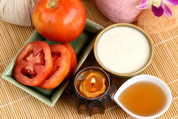 Mặt nạ cà chua và mật ong với các tinh chất dưỡng ẩm hiệu quả