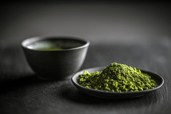 Bột trà xanh là một trong những nguyên liệu làm đẹp từ thiên nhiên hoàn toàn lành tính mà mẹ bỉm sữa có thể dùng để làm đẹp