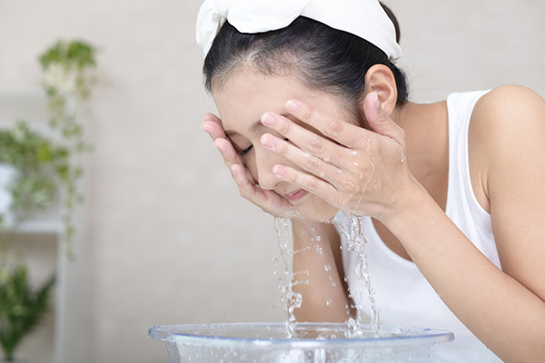 Làm sạch da mặt trước khi xông bằng sả
