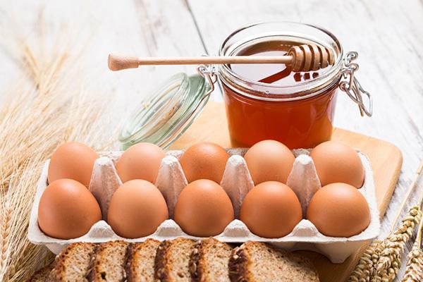 Trứng gà kết hợp mật ong giúp làm trắng da, dưỡng ẩm