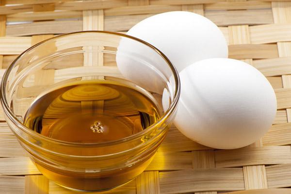 Lấy lòng trắng trứng trộn với dầu oliu