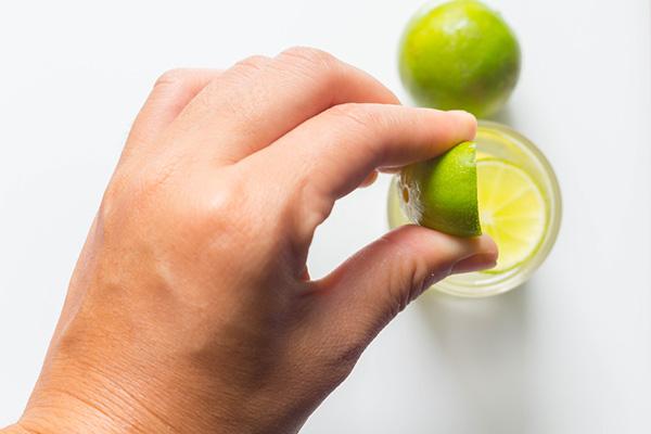 Nước chanh không những trị tàn nhang mà còn tẩy tế bào chết rất hiệu quả