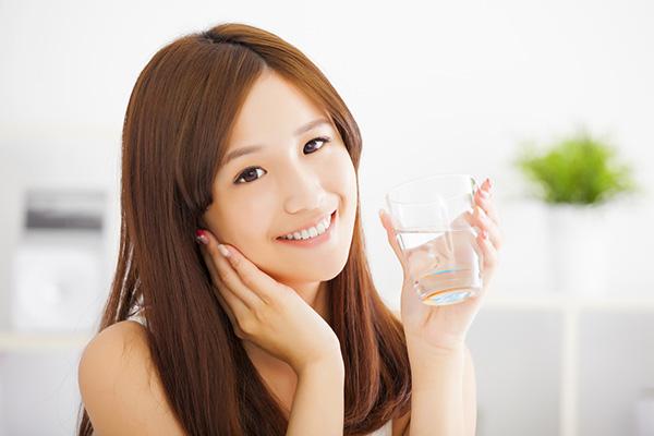 Cách đơn giản để trị khô môi là bổ sung nước cho cơ thể