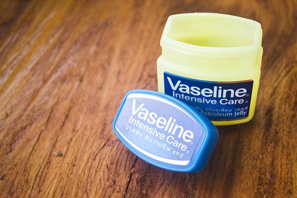 Dưỡng ẩm bằng Vaseline mỗi ngày