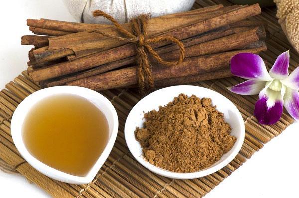 Bột quế trị mụn còn mật ong có tác dụng dưỡng da