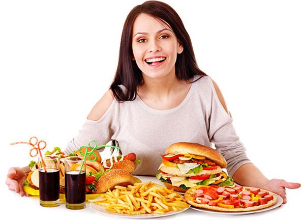 Ăn uống không điều độ là nguyên nhân hàng đầu gây mụn