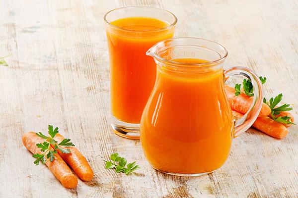 Uống nước ép cà rốt hoặc làm mặt nạ đắp mặt cũng là cách trị mụn vô cùng hiệu quả