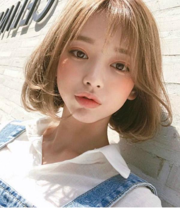 Màu nâu ánh vàng kết hợp với tóc ngắn