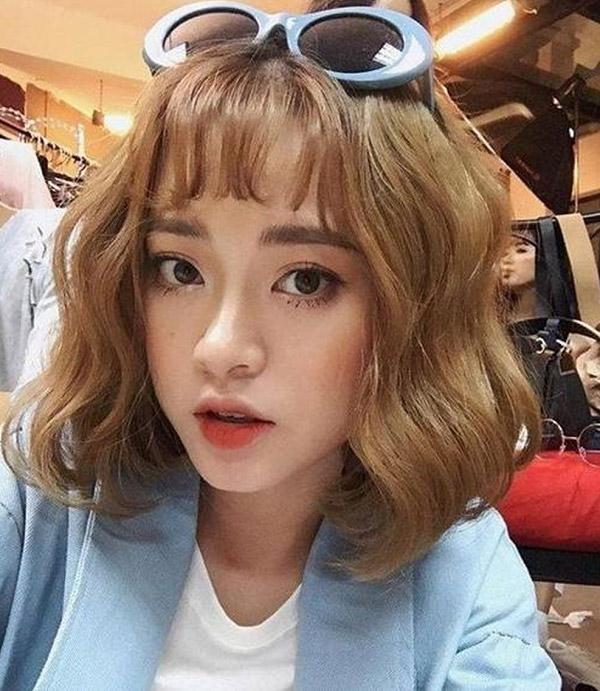 Kiểu tóc ngắn màu nâu ánh vàng