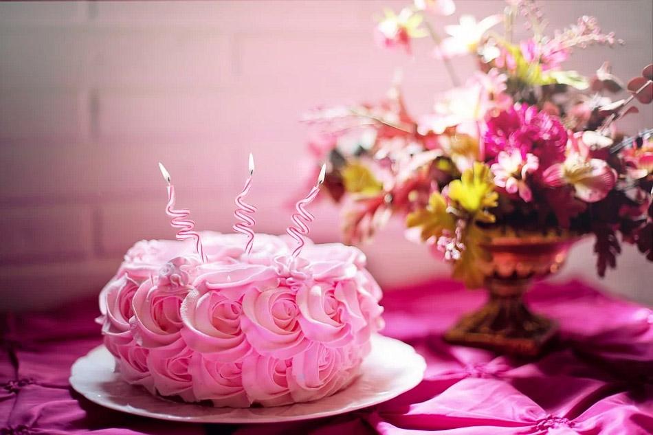 Bánh kem được tạo hình những bông hoa hồng xung quanh