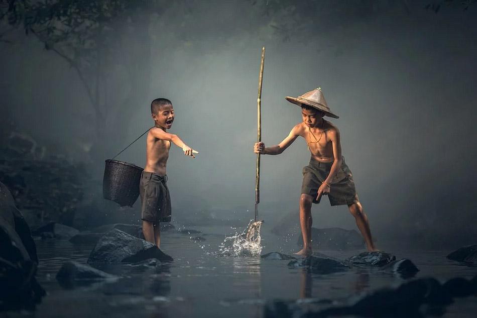 Hai cậu bé đang bắt cá