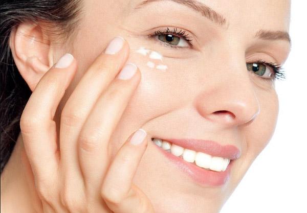 Chăm sóc da vùng mắt bằng kem dưỡng