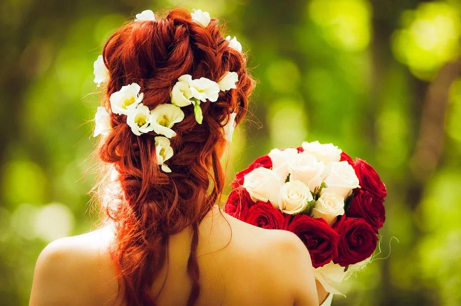 Cô dâu cầm hoa