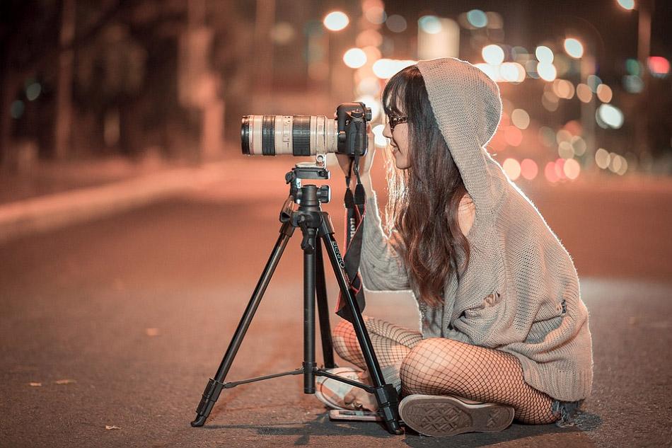 Cô gái ngồi giữa đường phố để chụp ảnh