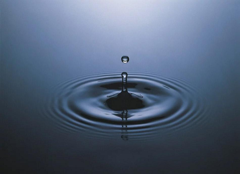 Giọt nước rơi trên mặt hồ