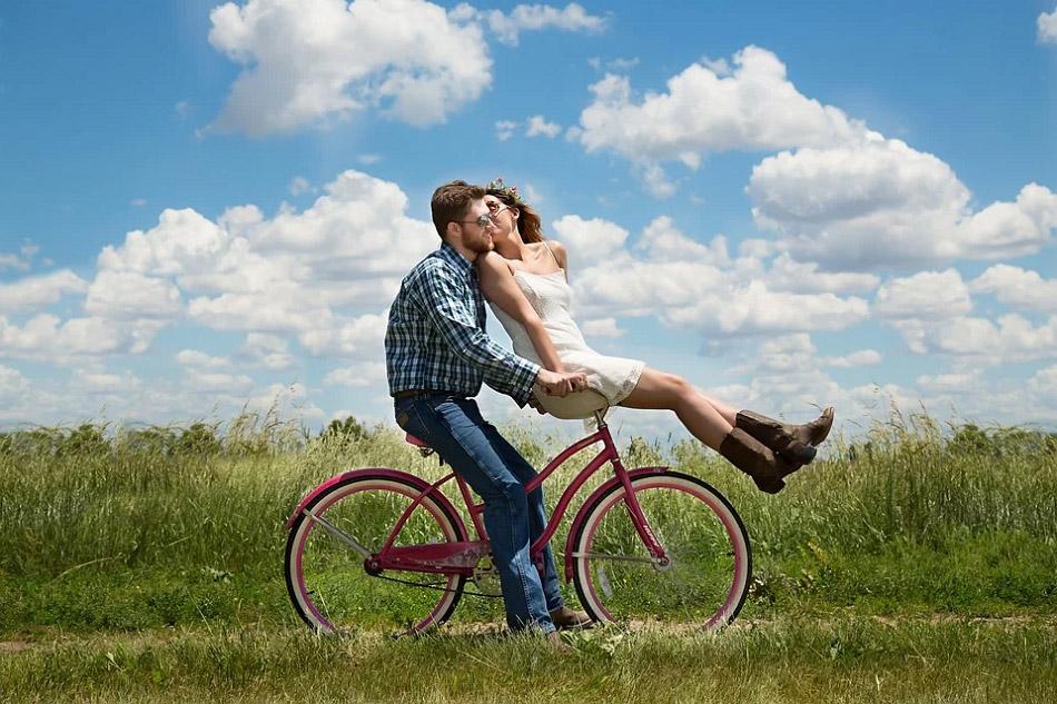 Hình ảnh hai người đang đi xe đạp
