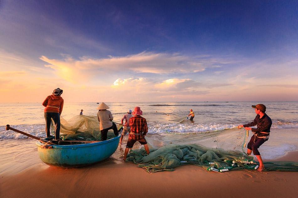 Hình ảnh những người ngư dân đang kéo lưới bắt cá cực đẹp