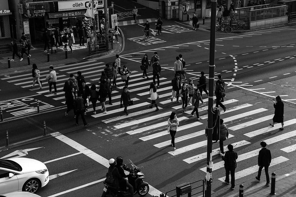 Những người đi bộ đang đi qua đường