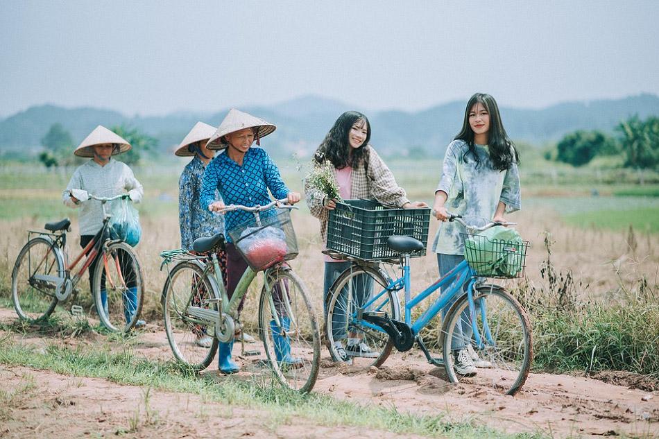 Những người nhụ nữ và cô gái đang đi ra đồng
