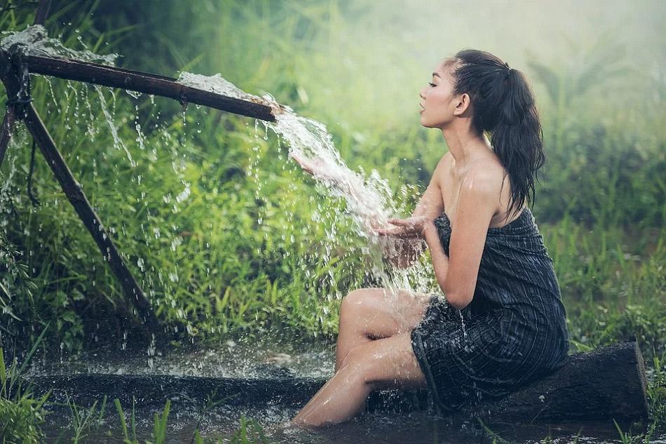 Cô gái đang tắm