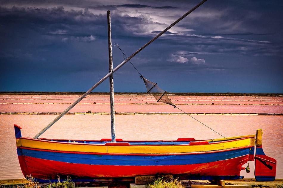 Thuyền đánh cá nằm trên bờ cát