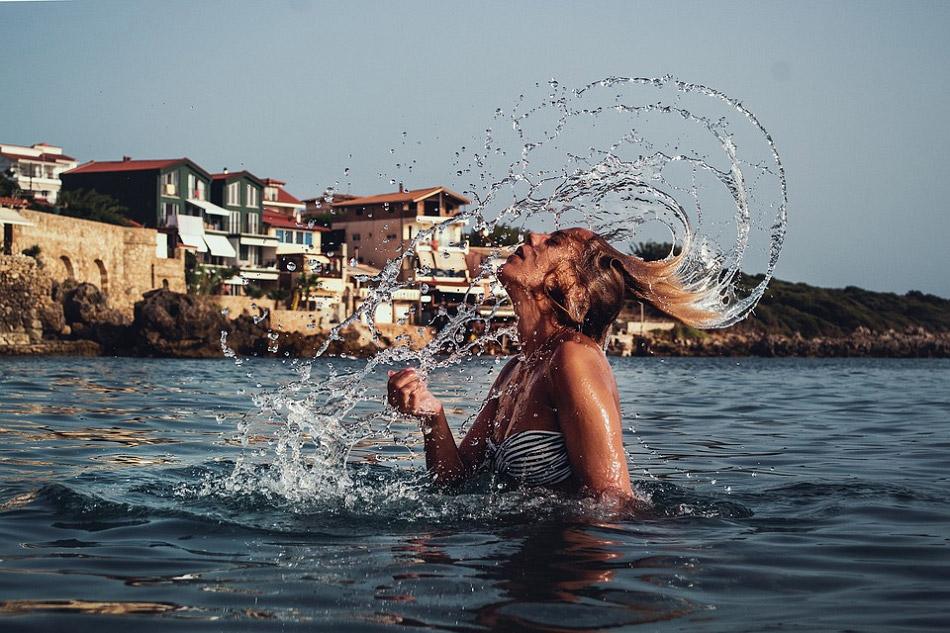 Hất mái tóc ướt sũng ra sau tạo thành hình vệt nước đẹp