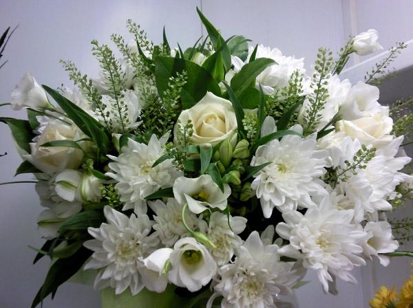 Bó hoa có hoa cúc và hoa hồng trắng