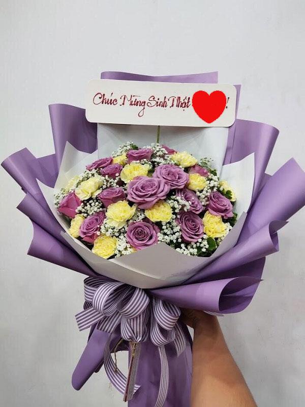 Bó hoa hồng tím xen hoa vàng
