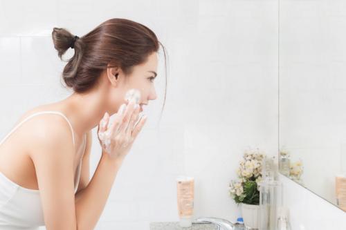 """""""Bật mí"""" cách chọn sữa rửa mặt nàng da mụn nên biết"""