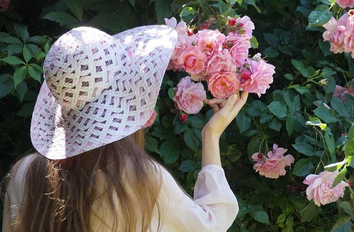 Cô gái và hoa hồng