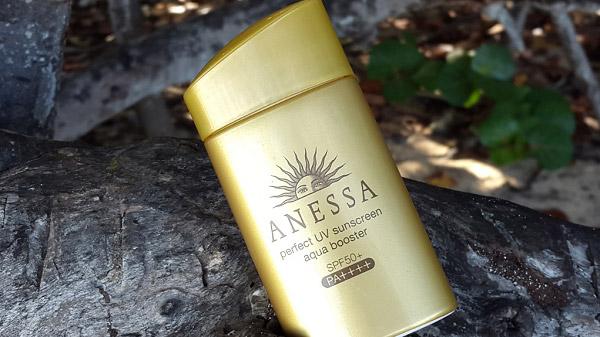 Perfect UV Sunscreen Aqua Booster SPF50+ PA++++ màu vàng của Anessa cũng là một sản phẩm được giới trẻ đón nhận
