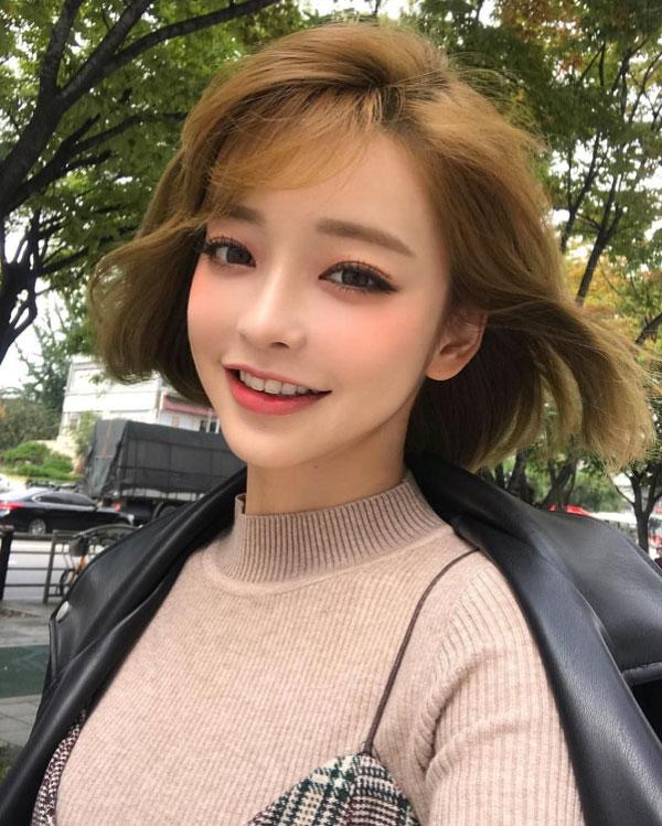 Kiểu tóc bob xoăn nhuộm vàng rêu