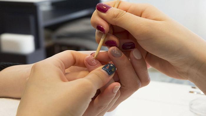 Cách tháo móng giả đắp bột mà không cần axeton