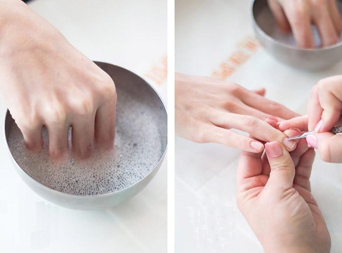 Tháo móng đắp bột bằng nước nóng và xà phòng